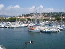 Lodě kotvící v přístavu Hyeres.