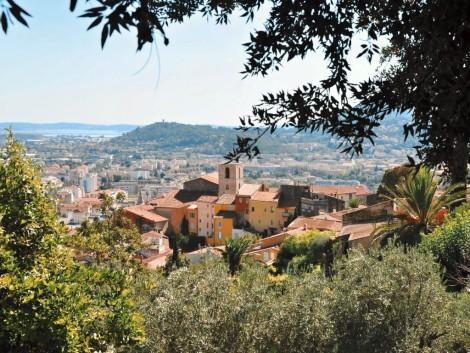 Krásné vnitrozemské město Město Saint-Maximin-la-Sainte-Baume.